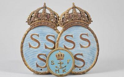 Co oznacza herb z koroną i literami SSS na tarczy?